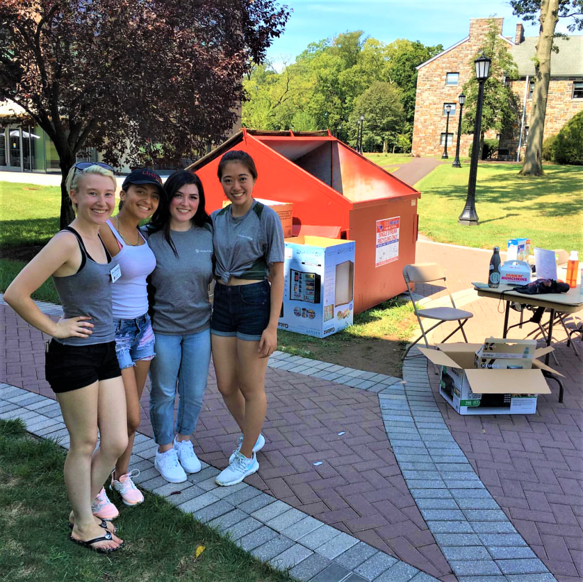 Sustainability Fellows help with Freshman Move-In