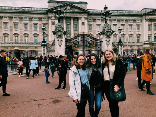 Students in front of Buckingham Palace in London